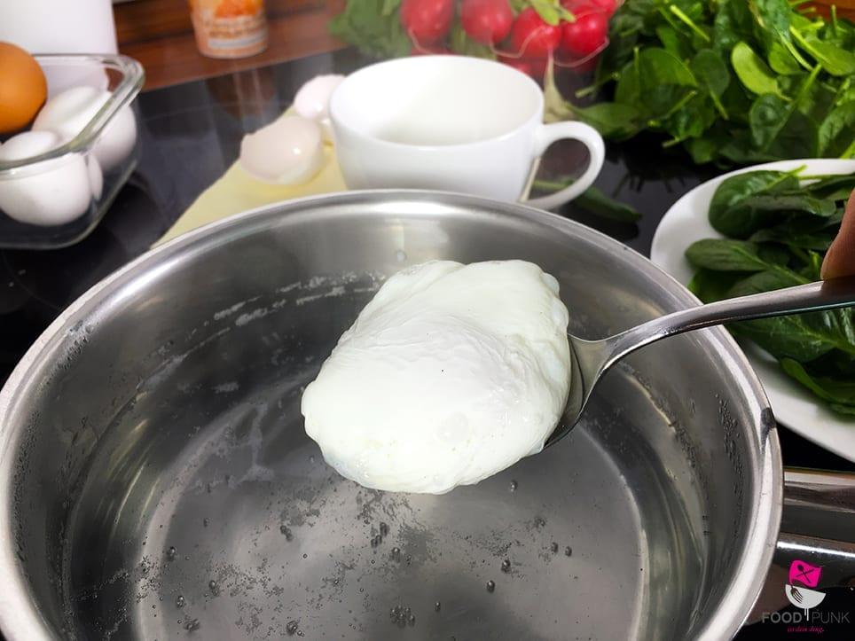 Perfekt pochierte eier schritt f r schritt foodpunk - Eier weich kochen minuten ...