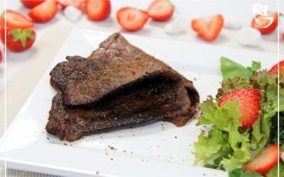 Hauchdünnes Weide-Ochsenfleisch mit Erdbeer-Hugo-Salat