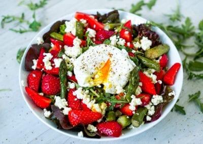 Salat mit Spargel und Erdbeeren