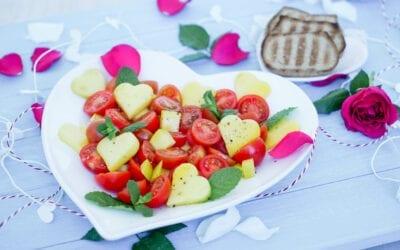 fruchtiger Salat mit Tomaten und Mango