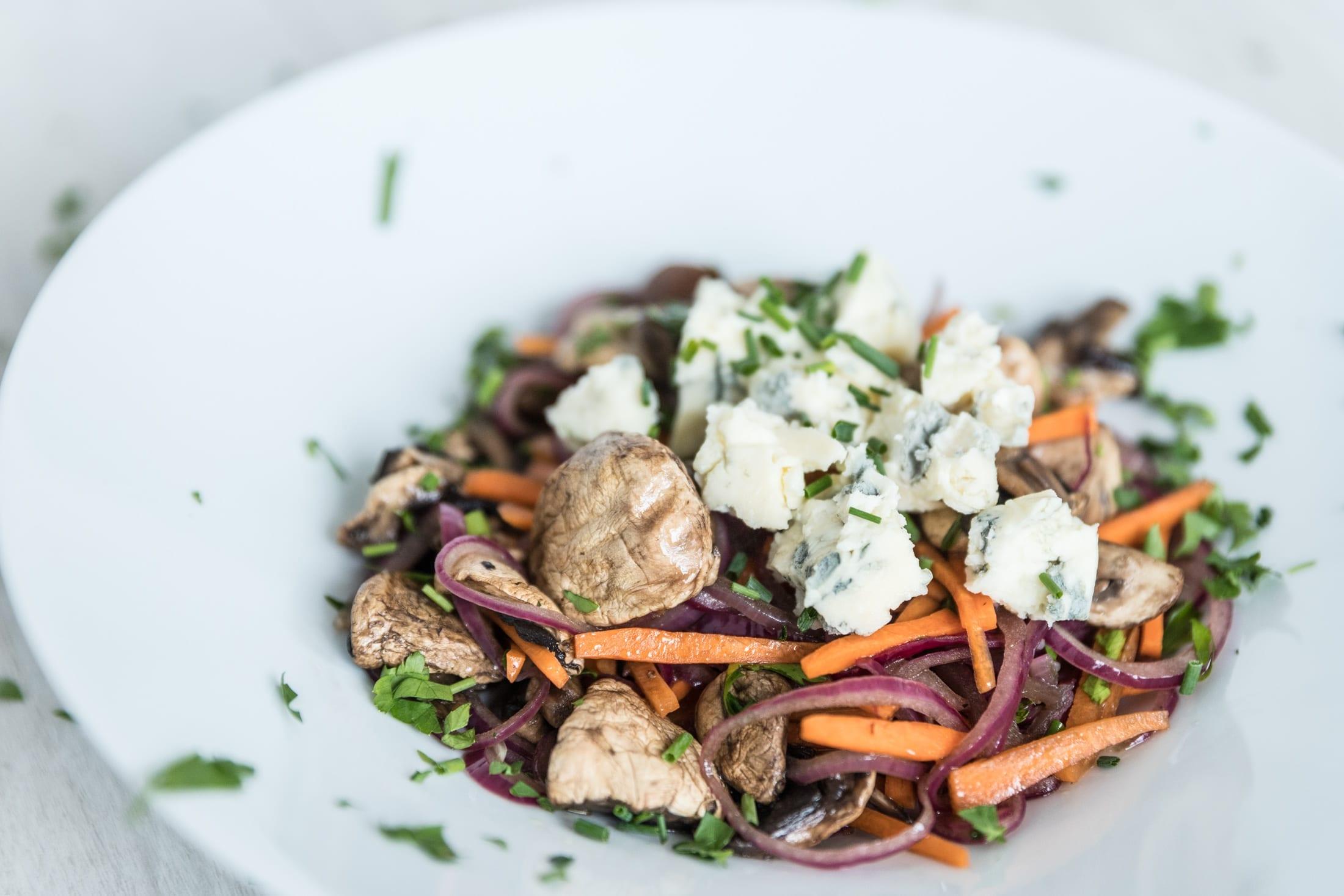 Lauwarmer Champignon-Salat mit Gorgonzola