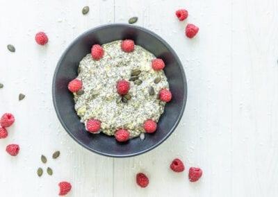 Low Carb Porridge mit Chiasamen und Beeren