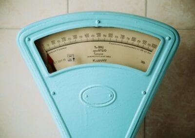 Mein Gewicht schwankt von Tag zu Tag – ist das normal?
