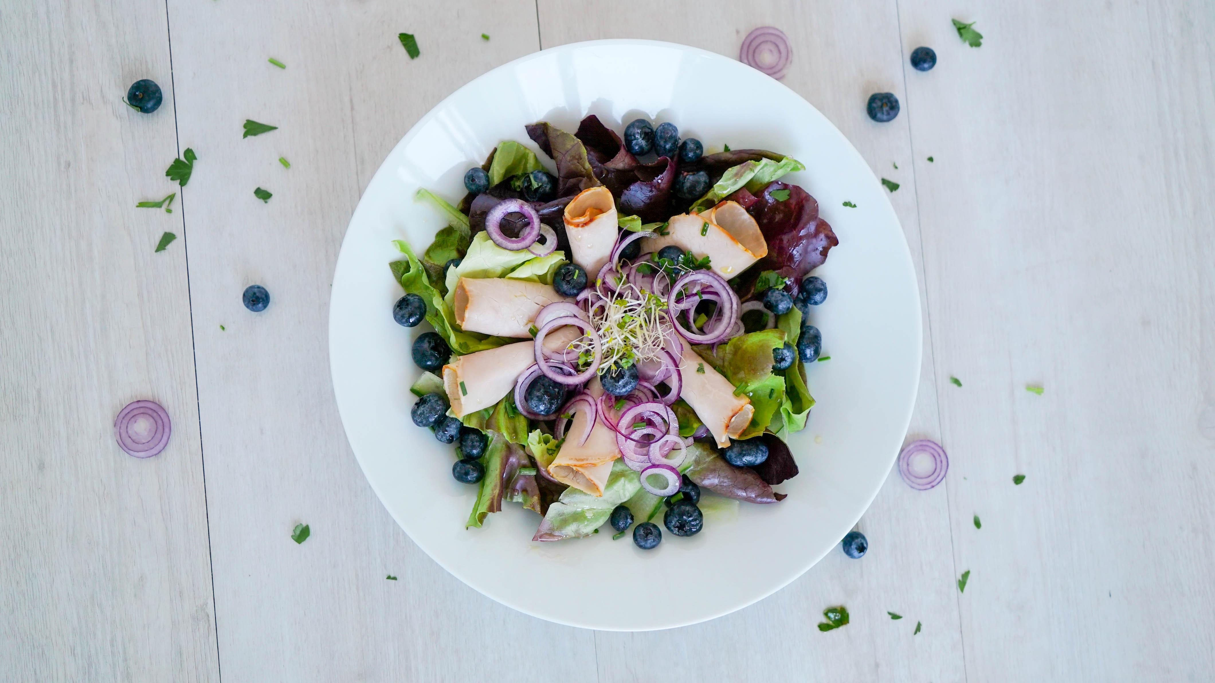Keto-Brotzeit Salat mit kaltem Braten