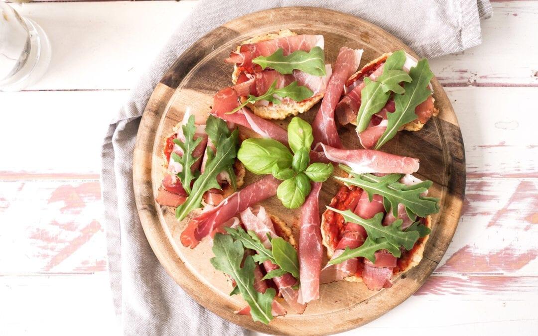 Keto Pizzettis mit Parmaschinken