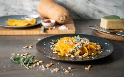 Kürbis-Tagliatelle mit Pinienkernen und Parmesan (low carb)
