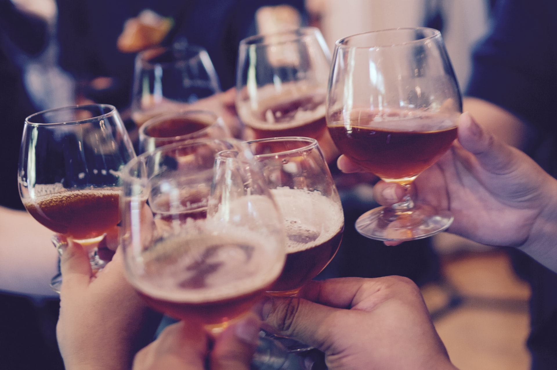 Alkohol Gläser Anstoß