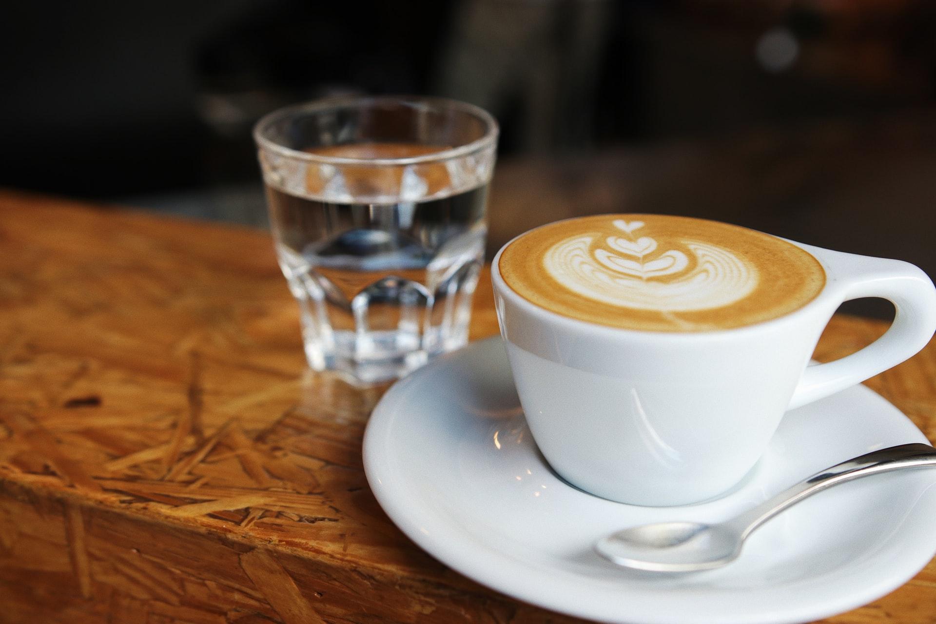 Kaffee und Mineralwasser Gicht