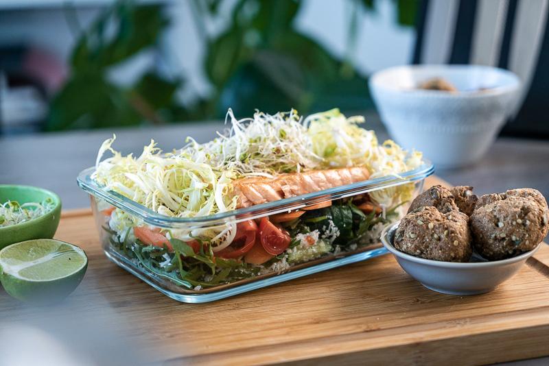 Low Carb Mealprep-Salat mit Lachs