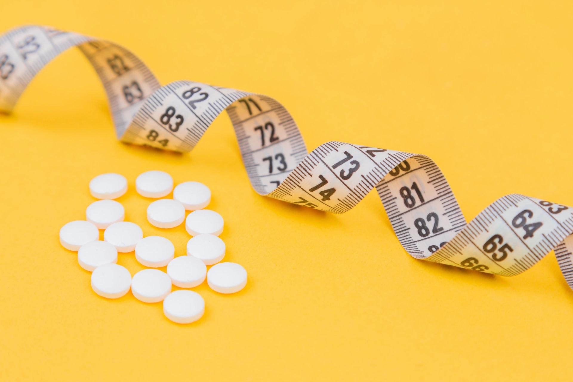 Maßband und Pillen Stoffwechselkur